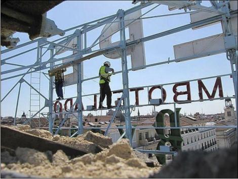 Operarios desmontando el cartel de Tío Pepe.| González Byass