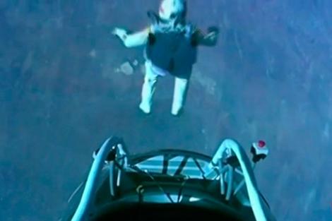 Baumgartner, en el momento de saltar.